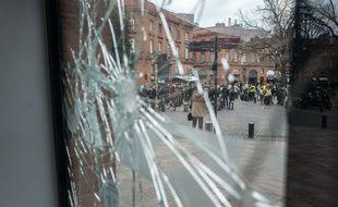 """Une vitrine cassée lors de l'acte X des """"gilets jaunes"""" à Toulouse."""