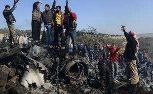 Un attentat dans une banlieue de Damas mercredi a fait plus de 50 morts, le plus sanglant contre des civils depuis le début du conflit en Syrie, qui connaît un tournant avec les premiers tirs de missiles par les rebelles qui ont abattu en 24 heures deux appareil de l'armée.
