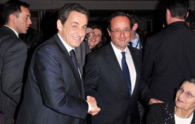 Nicolas Sarkozy et François Hollande se saluent pendant le dîner du Crif, mercredi 8 février 2012 au Pavillon d'Armenonville, à Paris.