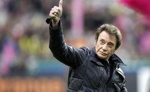 Le chanteur français Johnny Hallyday a indiqué lundi qu'il n'avait pas l'intention de quitter son domicile de Gstaad (Suisse), et qu'il venait de renouveler ses papiers en Suisse.
