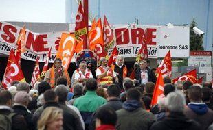 Environ 1.000 personnes selon la police, 1.500 selon la CGT, ont manifesté jeudi dans le calme devant la raffinerie Petroplus de Petit-Couronne (Seine-Maritime) contre sa fermeture après sa liquidation prononcée mardi par la justice, qui a toutefois donné un délai -jusqu'au 5 novembre- à d'éventuels repreneurs pour déposer une offre.