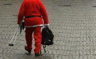 Un homme habillé en père Noël dans une rue de Düsseldorf, Allemagne, le 5 décembre 2009.