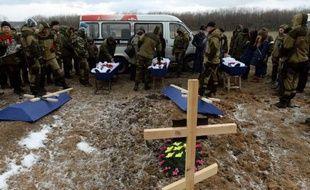 Des séparatistes et des proches assistent aux funérailles de plusieurs de leurs soldats morts aux combats, le 16 février 2015 dans un cimetière à Donetsk