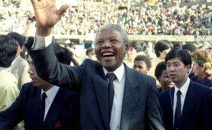 Nelson Mandela, Prix Nobel, pendant un rallye à Osaka au Japon en 1990.