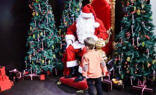 Un enfant devant le père Noël d'un magasin à Paris, le 23 décembre 2009.