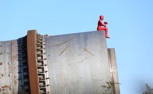 La sculpture de James Colomina smbolise un enfant qui se recueille sur les ruines d'AZF