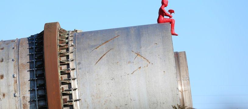 La sculpture de James Colomina seymbolise un enfants qui se recueille sur les ruines d'AZF