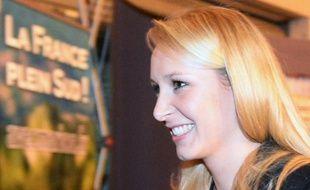 Marion Maréchal Le Pen sourit au Pontet le 6 décembre 2015 après la publication des résultats du premier tour