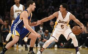 Jordan Clarkson vient défier Klay Thompson lors du match entre les Los Angeles Lakers et les Golden State Warriors le 6 mars 2016.