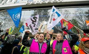 Plusieurs centaines de salariés PSA de l'usine d'Aulnay sont allées manifester devant le siège du groupe à Paris.