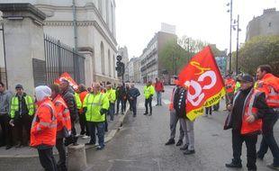 Les éboueurs se sont rassemblés devant la mairie ce vendredi matin.