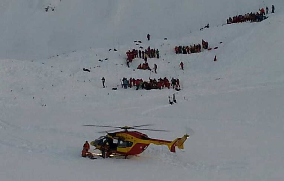 Hélicoptère et secouristes dans les Deux Alpes le 13 janvier 2016 après une avalanche mortelle. – Gérard Fourgeaud / France Bleu Isère