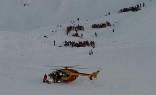 Hélicoptère et secouristes dans les Deux Alpes le 13 janvier 2016 après une avalanche mortelle.