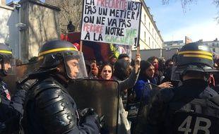 Les forces de l'ordre encerclent des manifestants contre la loi Travail, le 5 avril 2016