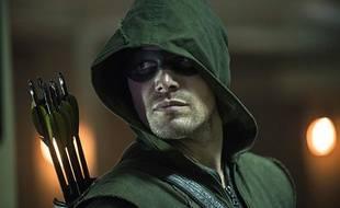 Stephen Amell incarne Green Arrow, alias Oliver Queen.