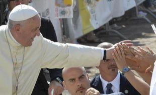 Le pape François salue la foule le 5 juillet 2014 à Campobasso, dans le sud de l'Italie