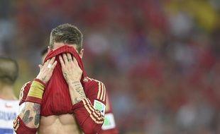 L'Espagnol Sergio Ramos dépité après la défaite de l'Espagne face au Chili, le 18 juin 2014, à Rio.