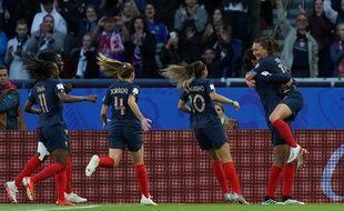 La joie des Bleues après le but de Wendie Renard, lors du match d'ouverture France-Corée du Sud, le 7 juin 2019, au Parc des Princes à Paris.