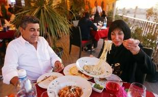 """Des Libyens déjeunent au """"Toucan"""", un restaurant ouvert récemment, à Tripoli le 10 avril 2016"""