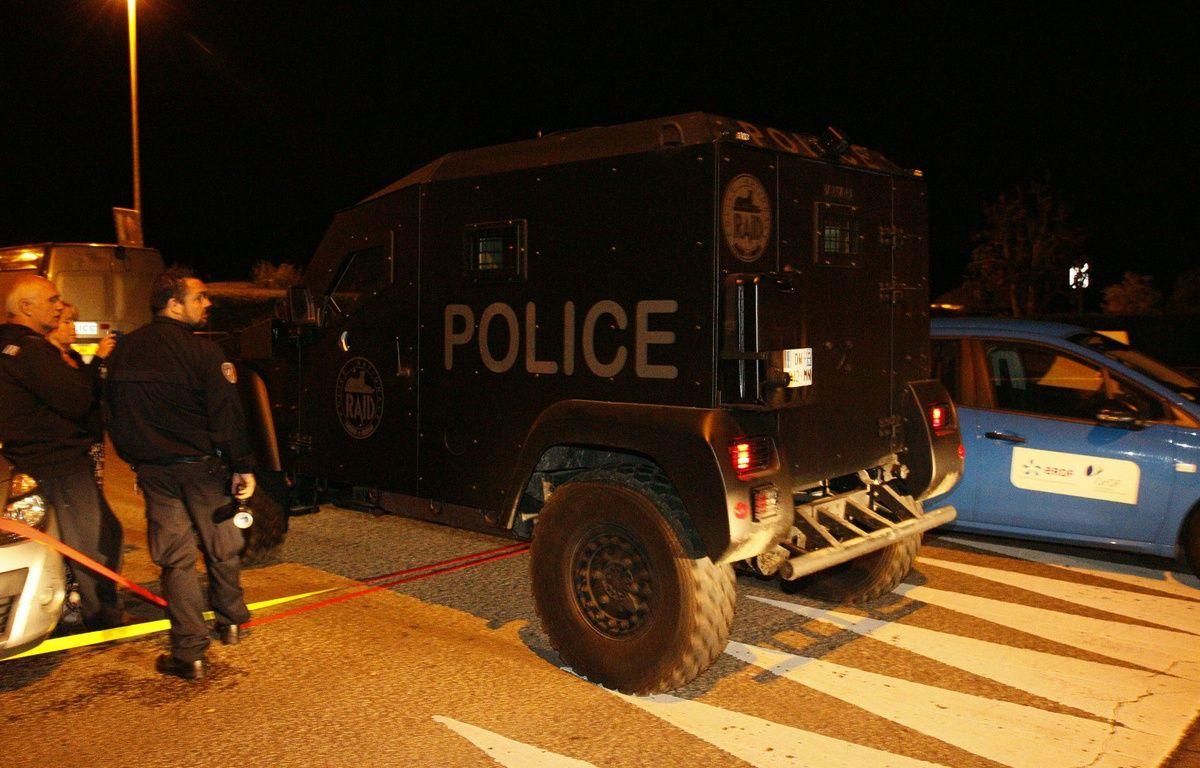 Un véhicule du Raid déployé à Magnanville, dans les Yvelines, où un forcené a tué un policier et sa compagne, le 13 juin 2016. – M.ALEXANDRE/AFP