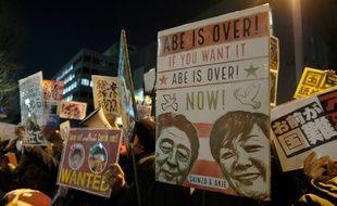 Manifestation devant la résidence du Premier ministre Shinzo Abe pour réclamer sa démission, à Tokyo le 12 mars 2018.