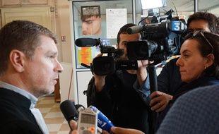 Luc Abratckiewicz, l'avocat d'Alain Courmont, devant les médias au tribunal correctionnel de Béziers