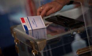 Un électeur montre sa carte électorale lors du premier tour des élections régionales et départementales, le 20 juin 2021 (Illustration)
