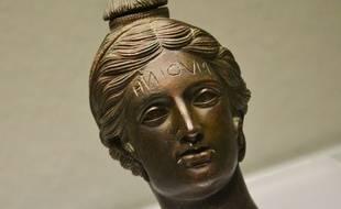 L'inscription sur cet objet désigne sa fonction : c'est un vase funéraire.
