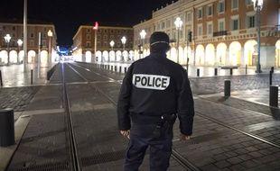 Un policier porte un masque contre le coronavirus, à Nice, le 25 mars 2020.