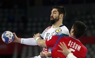 Nikola Karabatic face au Serbe Darko Sesum, pendant l'Euro en Croatie, lundi 22 janvier.