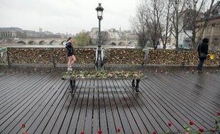 """Le grillage du Pont des Arts à Paris, recouvert de """"cadenas d'amour"""""""