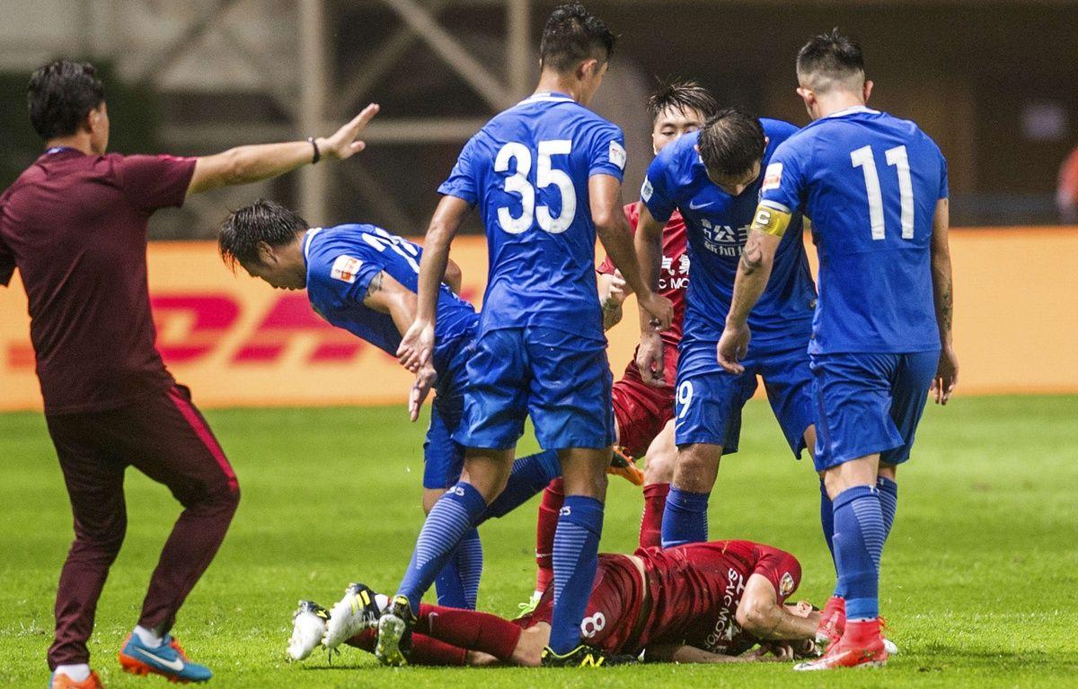 Le match de Chinese Superleague entre Shangahi et Guangzhou a dégénéré, notamment à cause d'Oscar (au sol), le 18 juin 2017.  –  AP/SIPA