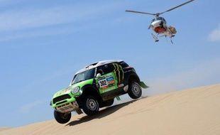 """Le Français Stéphane Peterhansel, le champion historique du """"Dakar"""", qui avait modestement démarré samedi la 34e édition du rallye-raid en 8e position au classement général, a montré les dents dimanche dans la 2e étape et repris, haut la main, la tête du podium au volant de sa Mini, signant sa 60e victoire d'étape sur le rallye."""