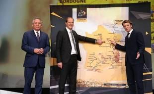 François Bayrou et François Baroin entoure le directeur du Tour de France Christian Prudhomme le 18 octobre 2016 à Paris.