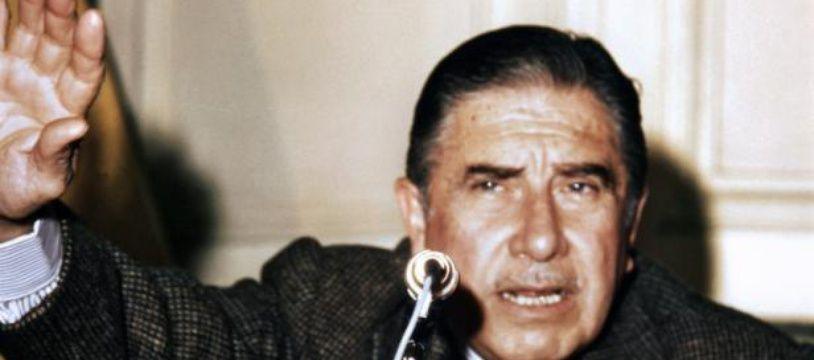 L'ancien dictateur Augusto Pinochet donne une conférence de presse à Madrid le 23 novembre 1975