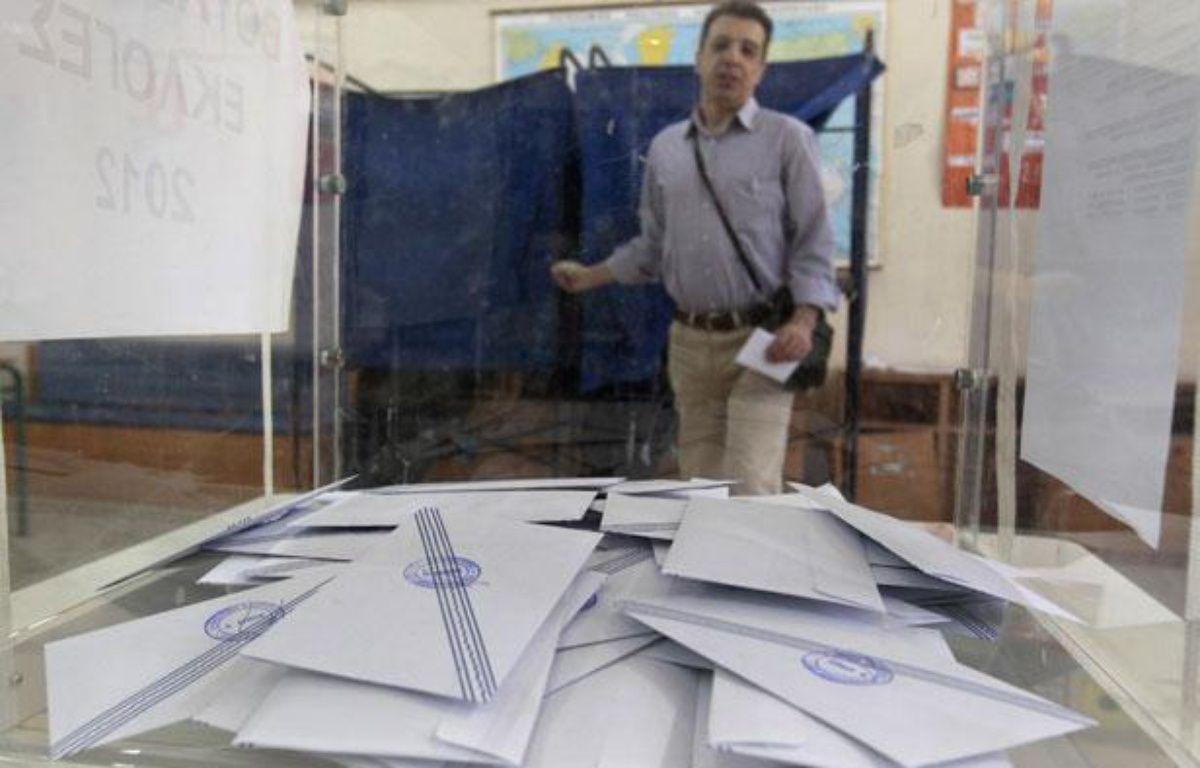Un homme sort de l'isoloir après avoir voté dans un bureau de vote d'Athènes, pour le compte des élections législatives grecques, dimanche 6 mai 2012 – REUTERS/Yorgos Karahalis