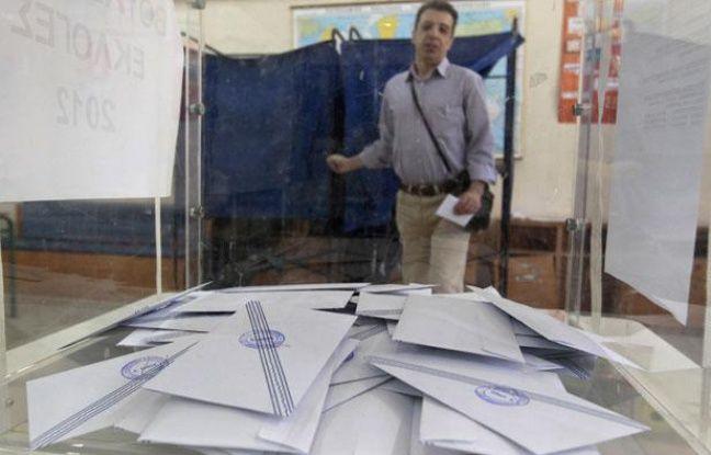 Un homme sort de l'isoloir après avoir voté dans un bureau de vote d'Athènes, pour le compte des élections législatives grecques, dimanche 6 mai 2012