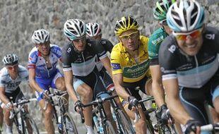 Le maillot jaune du Tour de France, Thomas Voeckler, à l'avant du peloton lors de la 11e étape du Tour de France, le 14 juillet 2011.