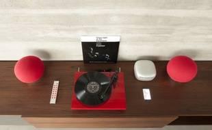 Les enceintes Aerosphère et leur lecteur CD baptisé Base de la marque Geneva.