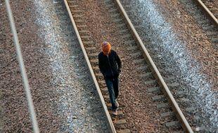 Un migrant marche sur les voies ferrées près du tunnel sous la Manche, le 30 juillet 2015.