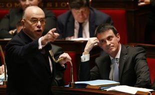 Le ministre français de l'Intérieur Bernard Cazeneuve (G) prend la parole devant l'Assemblée nationale, lors de la séance de questions au gouvernement à l'Assemblée nationale, le 26 janvier 2016 à Paris