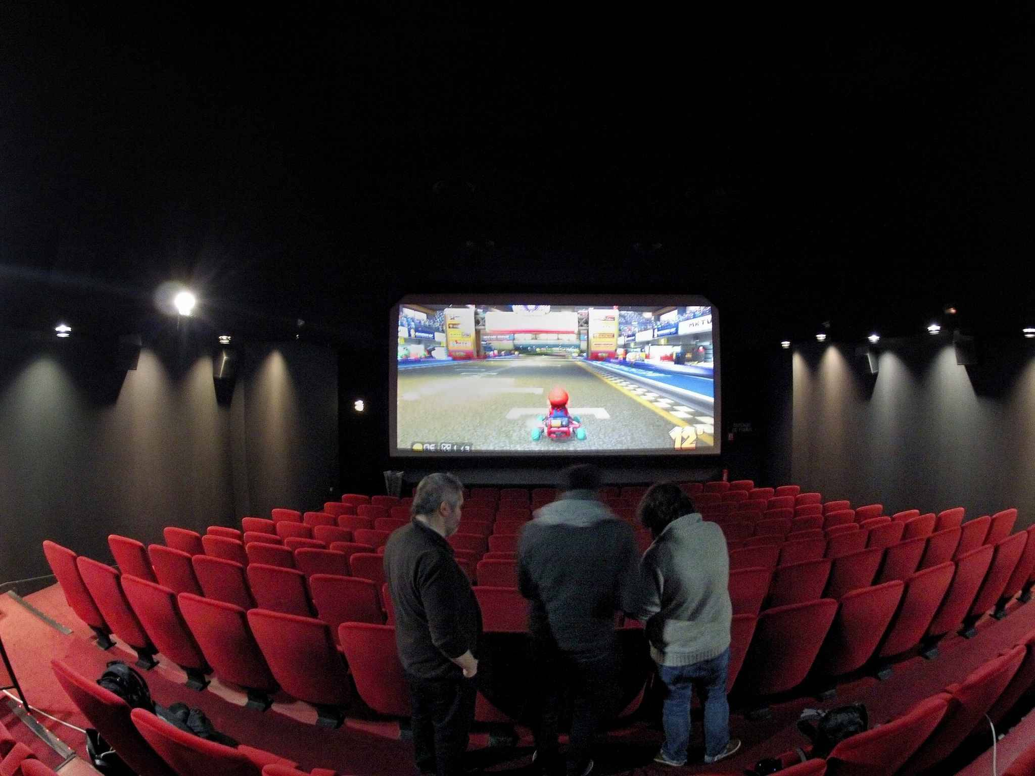 Jeux vid o une comp tition de mario kart sur un cran for Strasbourg cinema