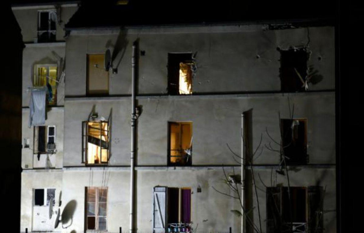 Photo du bâtiment à Saint-Denis, dans la banlieue de Paris où les policiers du Raid et de la BRI ont mené l'assaut le 18 novembre 2015 – ERIC FEFERBERG AFP