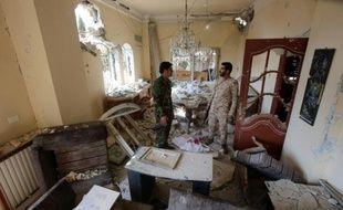 Les forces gouvernementales syriennes inspectent une maison détruite lors des affrontements à Daraya, au sud-ouest de la capitale syrienne Damas le 24 février 2016