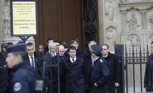 Le ministre de l'Intérieur Manuel Valls sur le parvis de Notre-Dame-de-Paris, après le suicide d'un essayiste dans l'église, le 21 mai 2013à Paris.