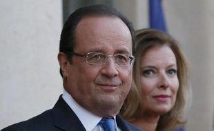 """François Hollande et Valérie Trierweiler """"réfléchissent"""" à une """"clarification"""" de la situation de leur couple, a affirmé jeudi l'avocate de la première dame, Me Frédérique Giffard, ajoutant que sa cliente souhaitait sortir """"le plus dignement possible"""" de l'affaire."""