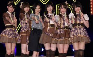 Mariko Tsukamoto (3e en partant de la gauche), mère de famille de 37 ans, pose avec des membres du groupe de J-pop AKB48, le 17 avril 2014.