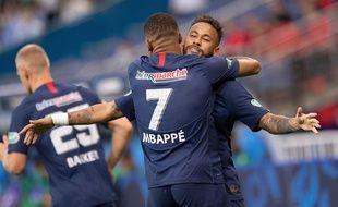 Mbappé dans les bras de Neymar
