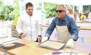 Maëlig Georgelin et Gilbert Montagné dans «Le meilleur pâtissier , Chefs et célébrités».
