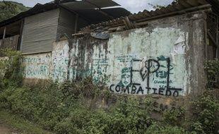 23 AVRIL 2018, COLOMBIE : En bord de route en zone rurale de Corinto, le nom de la guerilla EPL (Armée Populaire de Libération) recouvre les anciens graffitis de la guérilla FARC-EP avant sa démobilisation. Depuis la signature de l'accord de paix et le départ des FARC-EP, des territoires comme cette partie du Cauca connaissent l'entrée de nouveaux groupes armés.
